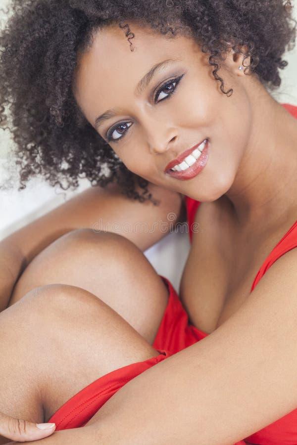 Lycklig blandad Raceafrikansk amerikanflicka arkivbilder