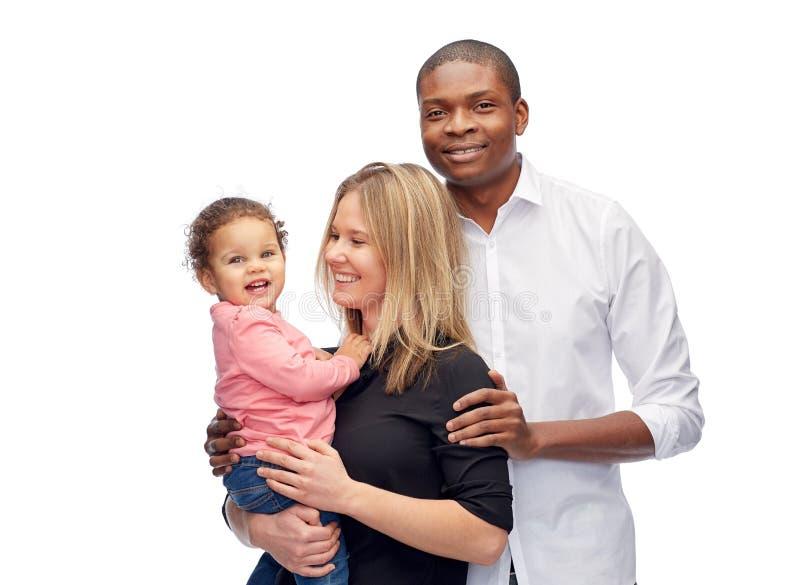 Lycklig blandras- familj med det lilla barnet arkivfoto