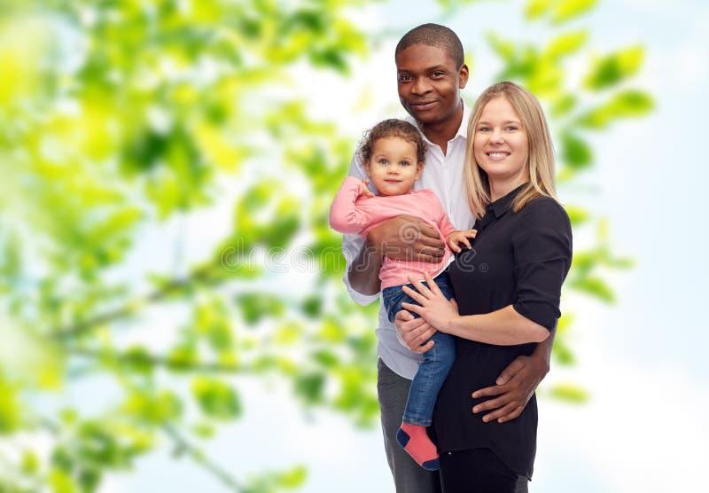 Lycklig blandras- familj med det lilla barnet royaltyfria bilder