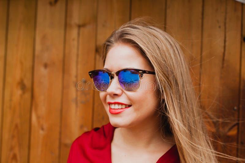 Lycklig blond flicka med röd kläder och kanter arkivfoton