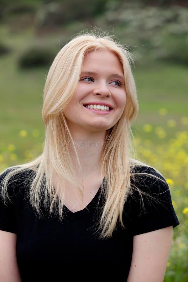 Lycklig blond flicka utanför royaltyfri foto