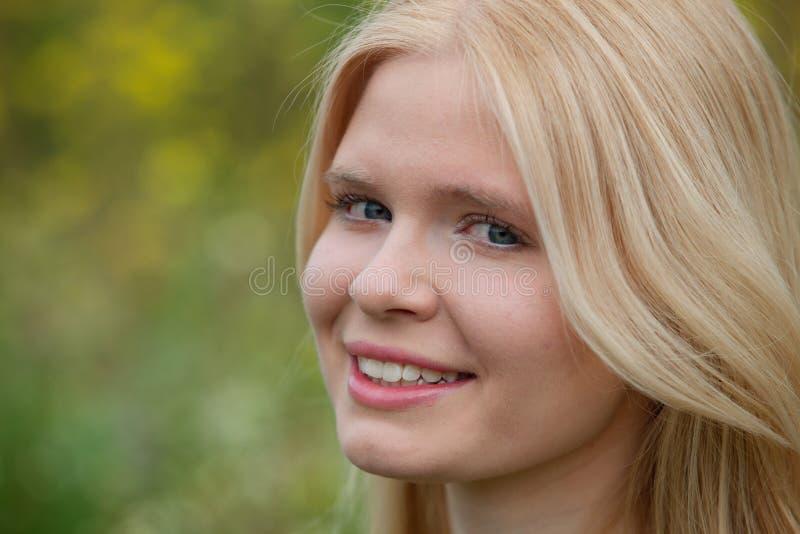 Lycklig blond flicka utanför royaltyfria bilder