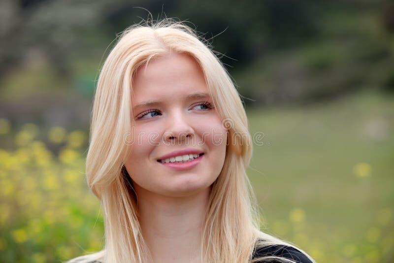 Lycklig blond flicka utanför arkivbilder