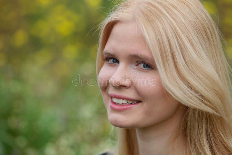 Lycklig blond flicka utanför royaltyfria foton