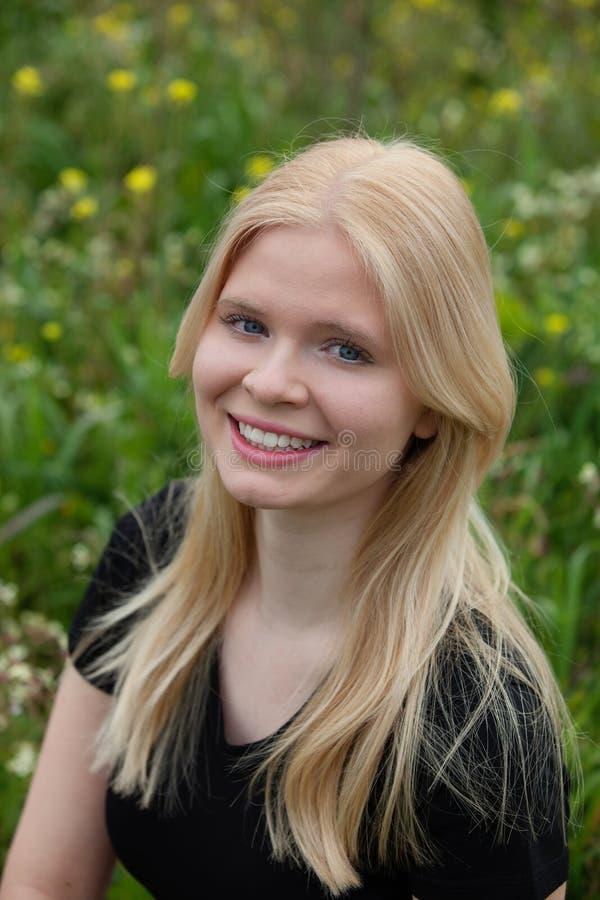 Lycklig blond flicka utanför fotografering för bildbyråer