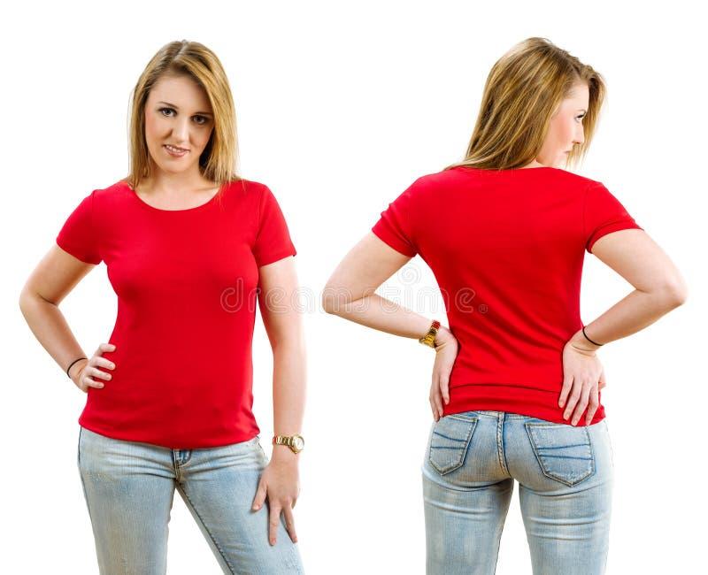 Lycklig blond kvinna som bär den tomma röda skjortan arkivfoto