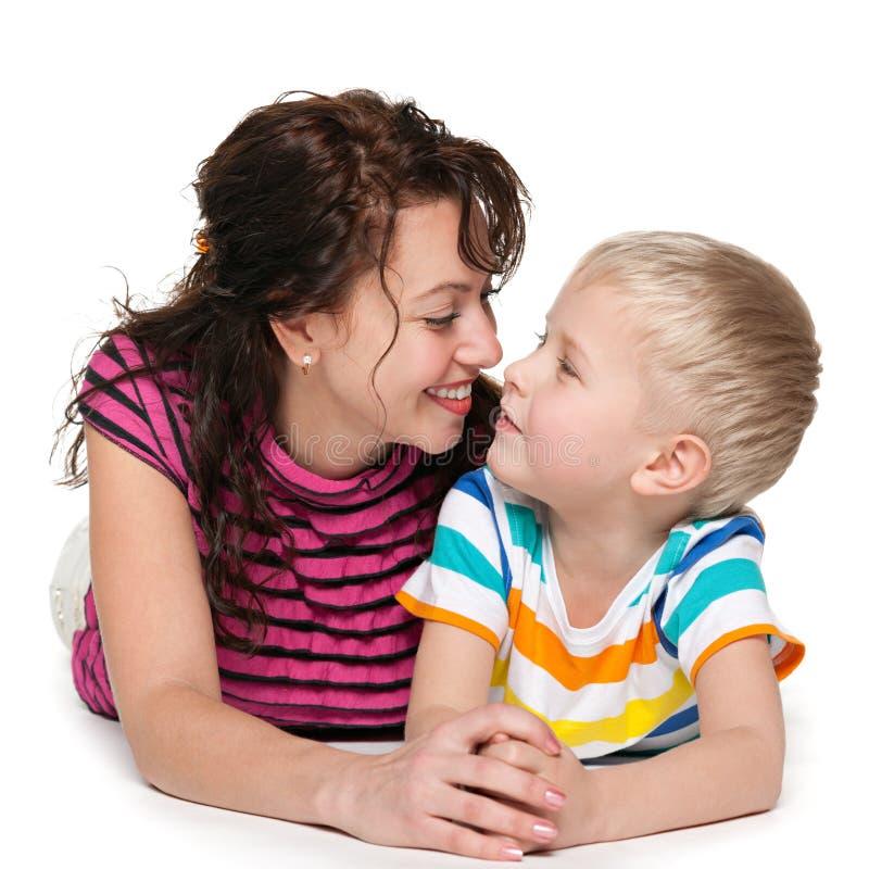 Lycklig blond pojke med hans moder arkivbild