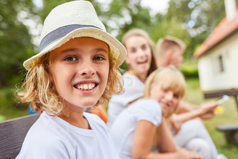 Lycklig blond pojke med sugrörhatten royaltyfria bilder