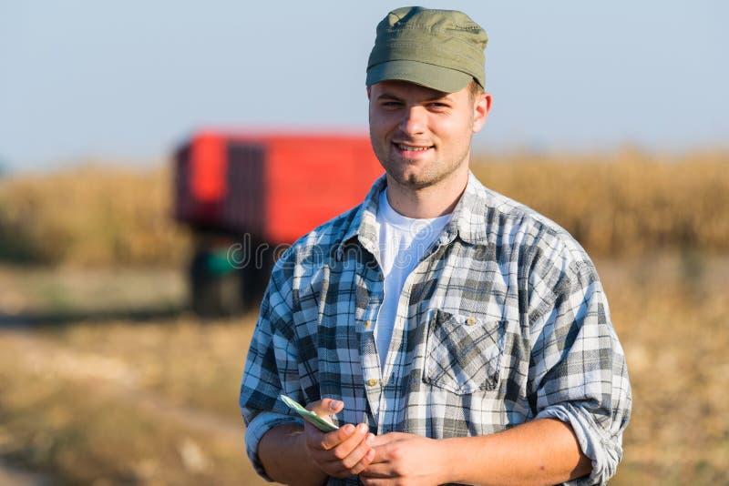 Lycklig bonde efter skörd av havre arkivfoton