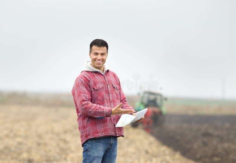 Lycklig bonde på fältet royaltyfria bilder