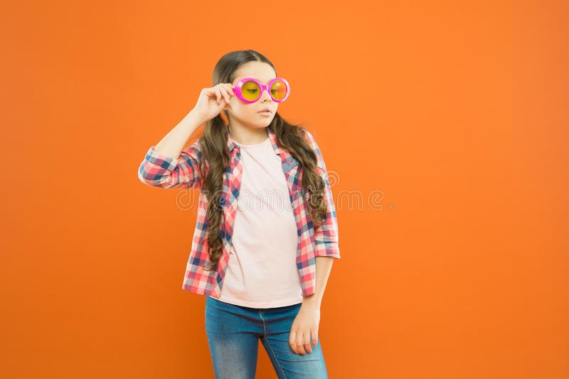 Lycklig bra synf?rm?ga f?r barn Solglas?gonsommartillbeh?r Synf?rm?ga och ?gonh?lsa Omsorgsynf?rm?ga Ultraviolett skydd arkivfoton