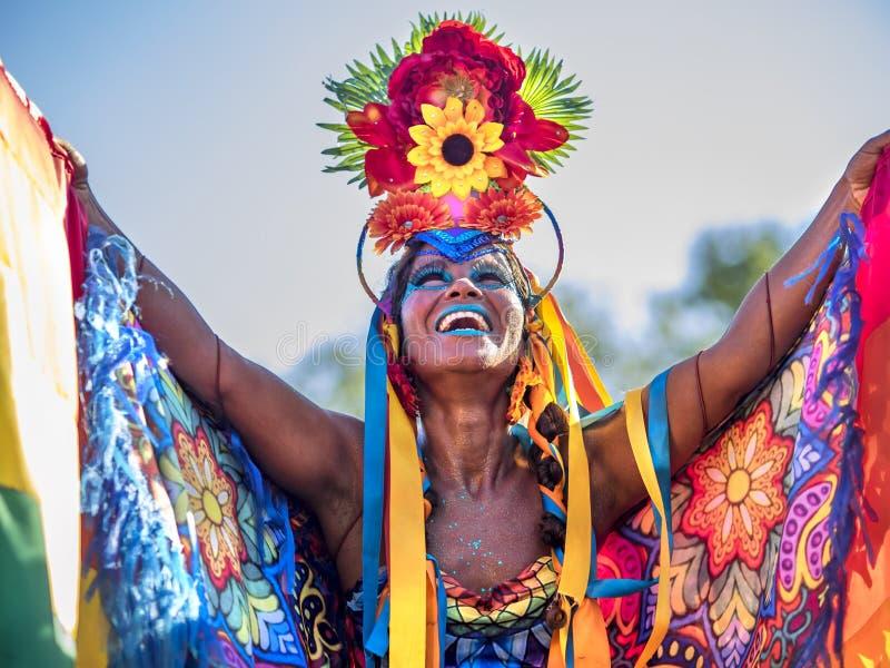 Lycklig brasiliansk kvinna som bär den färgrika dräkten på Carnaval 2016 i Rio de Janeiro, Brasilien arkivbild