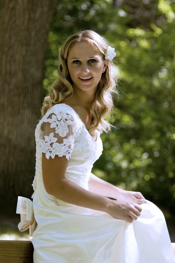 Lycklig brud i den vita klänningen arkivbilder