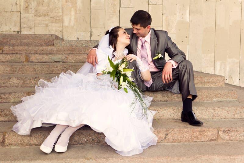 Lycklig brud och brudgum royaltyfria foton