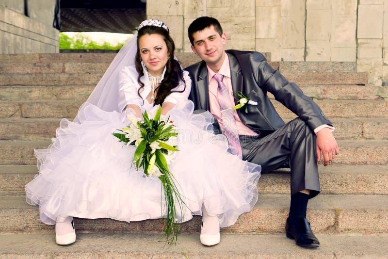 Lycklig brud och brudgum arkivfoto