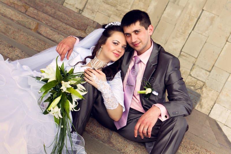 Lycklig brud och brudgum arkivbild
