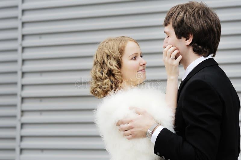 Lycklig brud och brudgum royaltyfria bilder