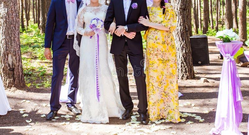 Lycklig brud och brudgum med gäster royaltyfria bilder