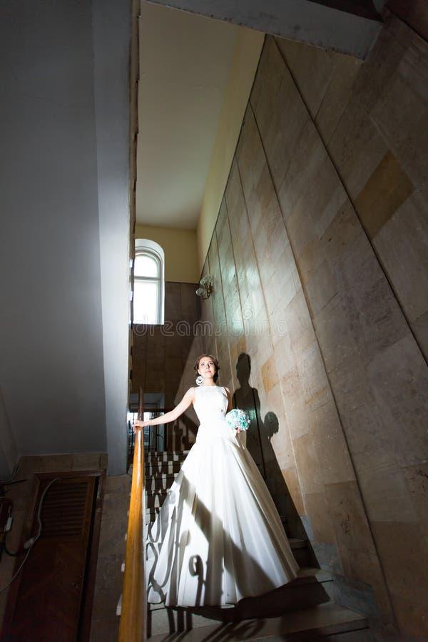 Lycklig brud och brudgum på den mörka trappan fotografering för bildbyråer