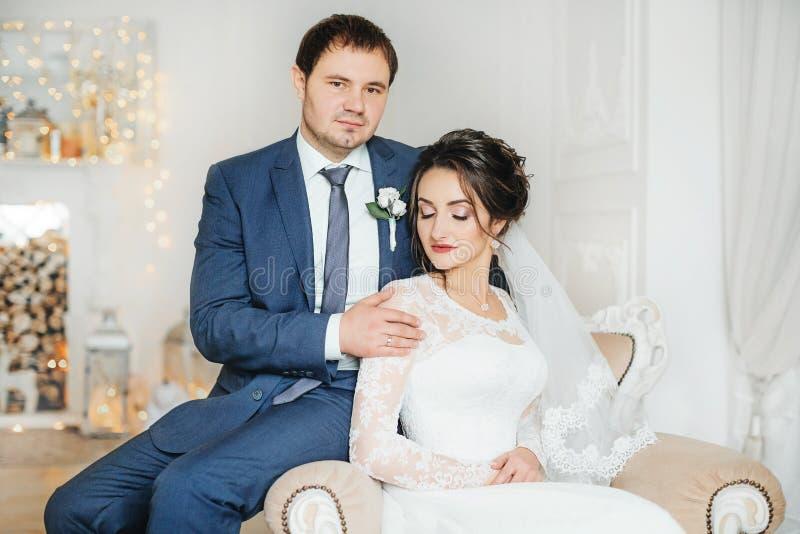 Lycklig brud och brudgum på deras bröllop arkivbild