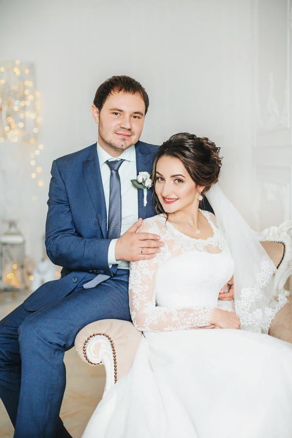 Lycklig brud och brudgum på deras bröllop royaltyfri foto