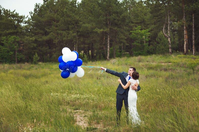 Lycklig brud och brudgum som firar bröllopdag att gifta sig kyssa för par Långt familjelivbegrepp royaltyfria foton