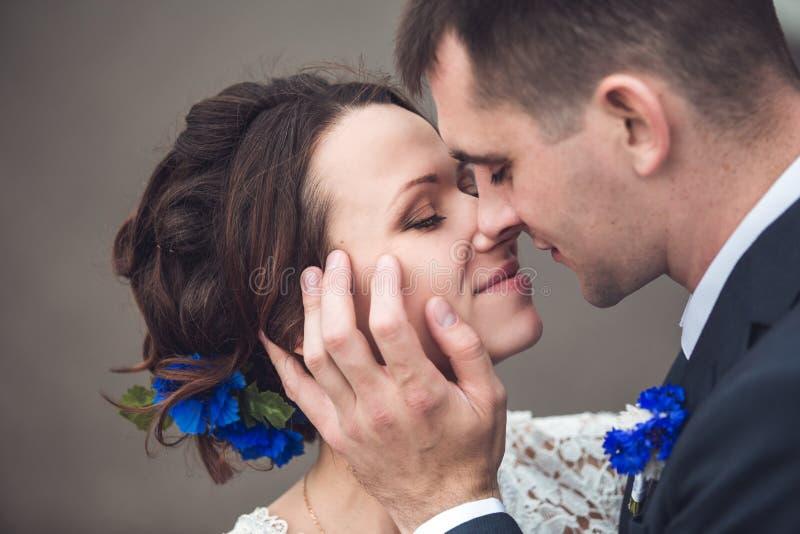 Lycklig brud och brudgum som firar bröllopdag att gifta sig kyssa för par Långt familjelivbegrepp arkivbilder