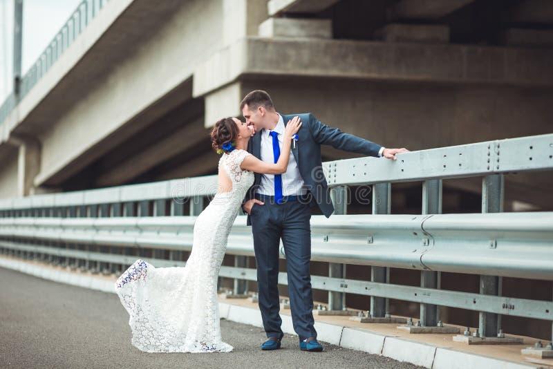 Lycklig brud och brudgum som firar bröllopdag att gifta sig kyssa för par Långt familjelivbegrepp royaltyfria bilder