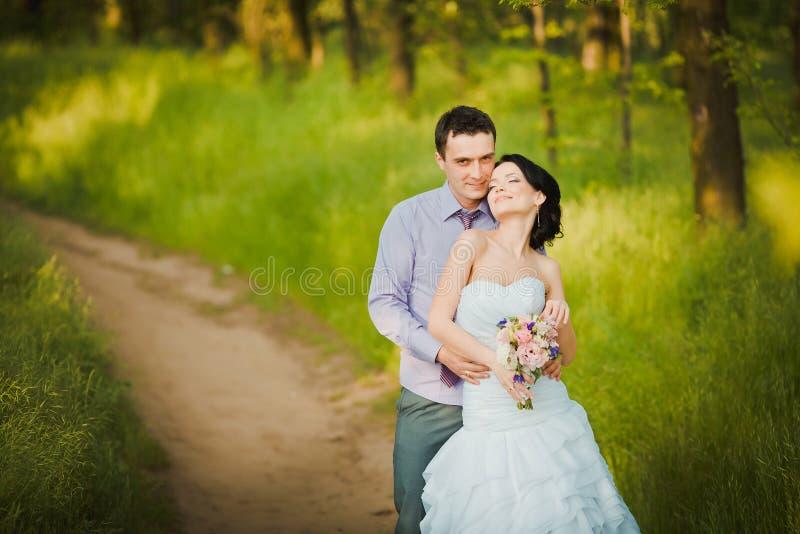 Lycklig brud och brudgum som firar bröllopdag Gift paromfamning royaltyfria foton