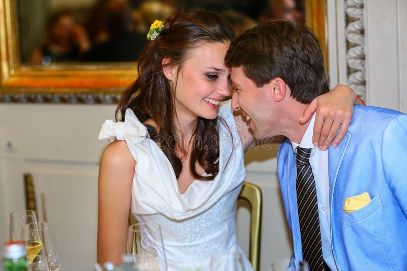 Lycklig brud och brudgum som ler blick och i en restauran fotografering för bildbyråer