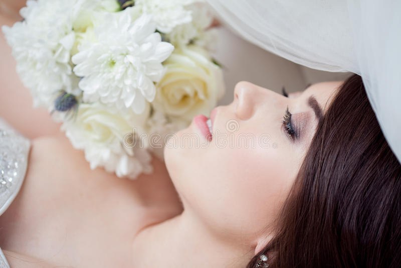 Lycklig brud som skrattar, flicka med en bukett av blommor bröllop för band för inbjudan för blomma för elegans för bakgrundsgarn royaltyfri fotografi