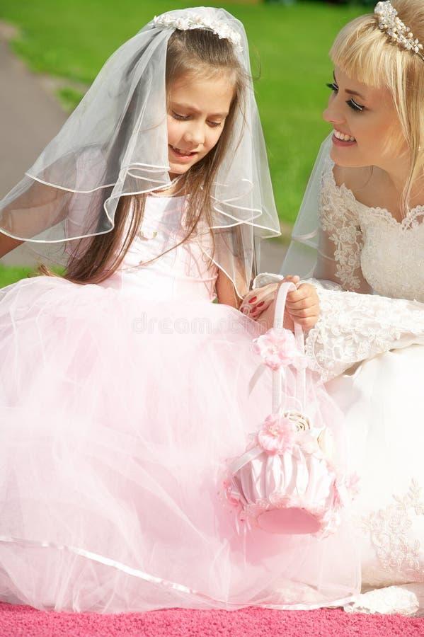 lycklig brudbridesm little arkivbilder