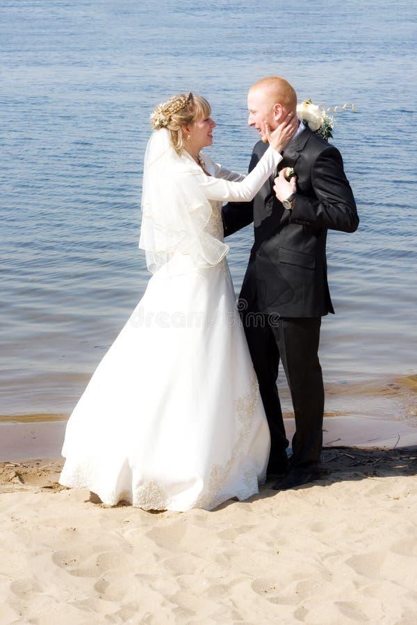 lycklig brudbrudgum royaltyfri fotografi