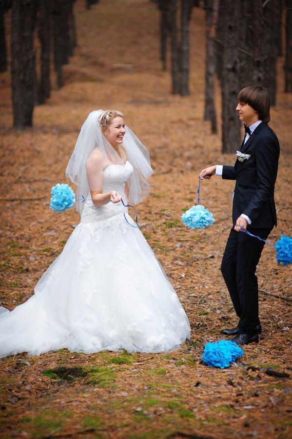 lycklig bruddagbrudgum deras bröllop arkivfoto