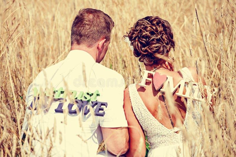 Lycklig brudgum och brud med tecken fotografering för bildbyråer