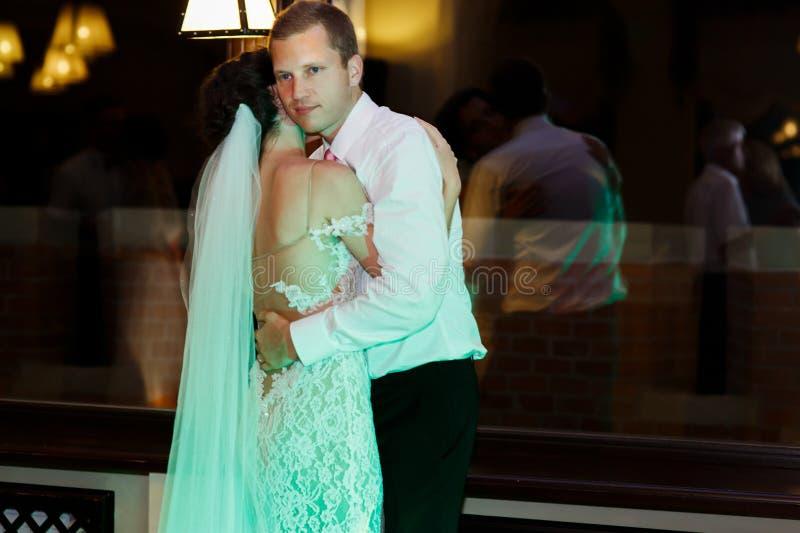 Lycklig brunettbrud i vit klänning och stilig brudgum D för tappning royaltyfri bild