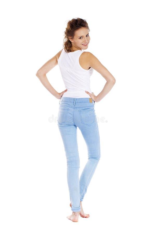 Lycklig brunettflicka i den vita t-skjortan arkivfoton