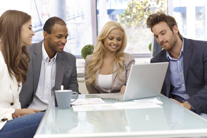 Lycklig businessteam som tillsammans arbetar arkivbild