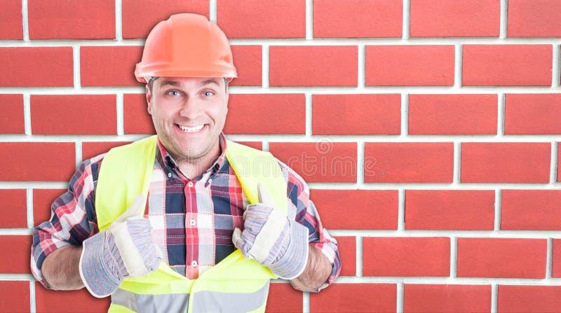 Lycklig byggmästare som ler och agerar som stålman royaltyfria bilder