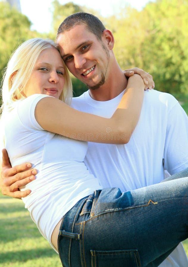 lycklig caucasian flickvän hans holdingmanlig arkivfoton
