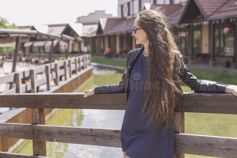 Lycklig caucasian kvinna på en gå i den europeiska staden, iklädd cas arkivbilder