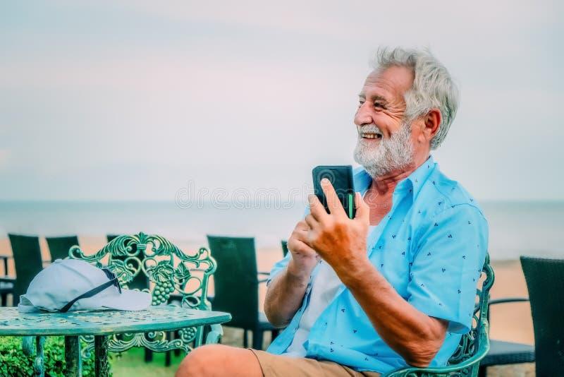 Lycklig caucasian man som använder smartphonen för pratstund och selfie royaltyfri bild