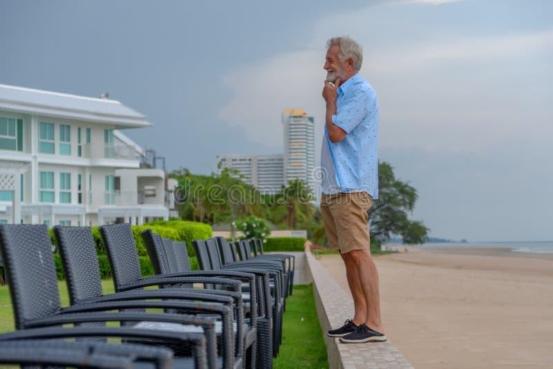 Lycklig caucasian manlig avslappnande och promenera strand fotografering för bildbyråer
