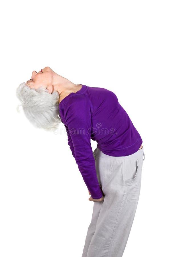 Lycklig charma härlig äldre kvinna som gör övningar, medan utarbeta spela sportar arkivfoto