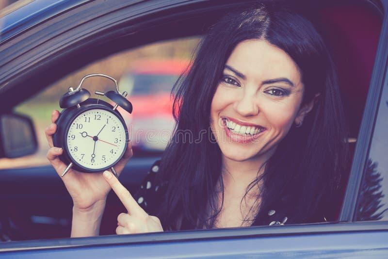 Lycklig chaufför för ung kvinna inom hennes ringklocka för bilvisning royaltyfri bild