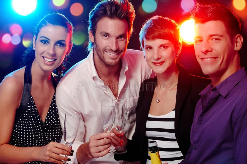 Lycklig companionship i diskotek royaltyfria foton