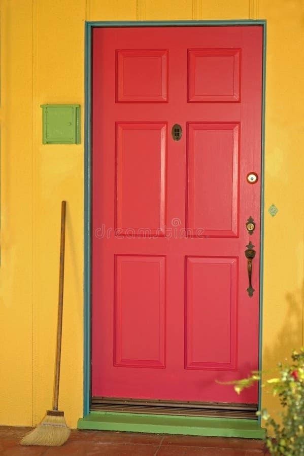 lycklig dörr arkivbild