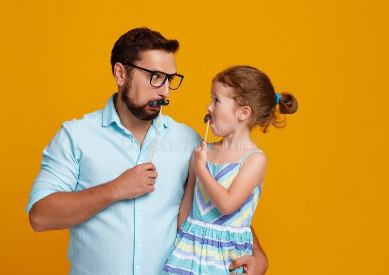 Lycklig dag för fader` s! rolig farsa och dotter med att bedra för mustasch arkivfoton