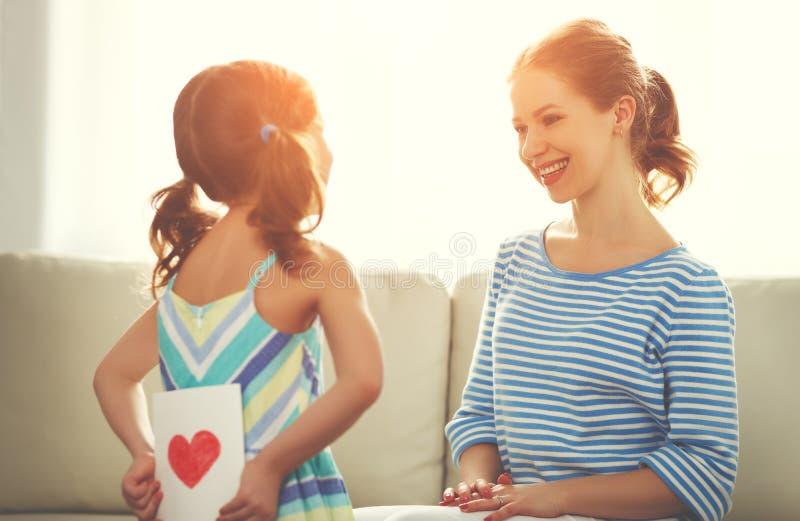 Lycklig dag för moder` s! Barndottern gratulerar mammor och ger sig royaltyfri fotografi