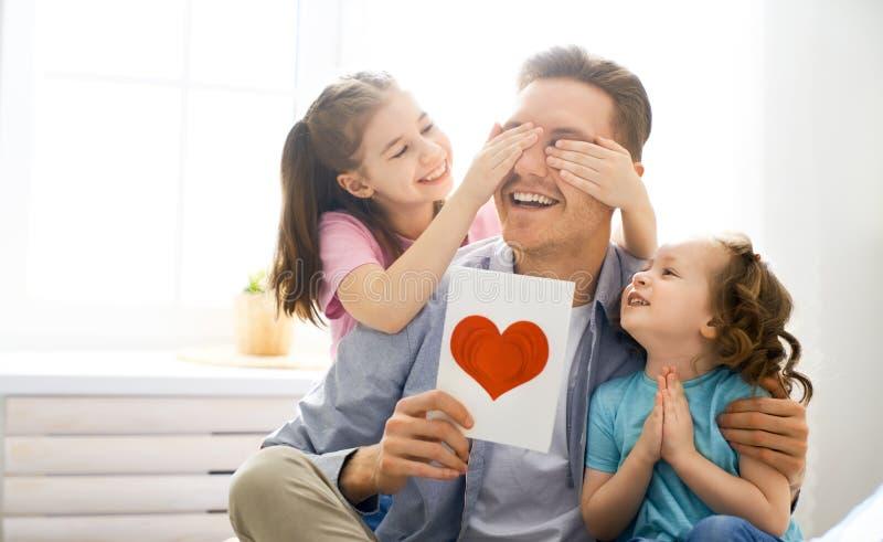 Lycklig dag f?r fader` s arkivfoto